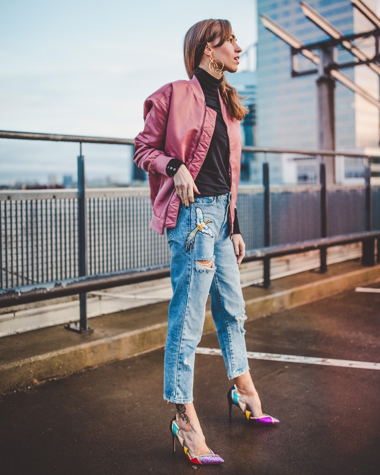 statement pumps boyfriend jeans street style