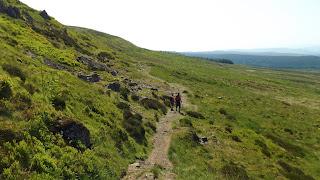 A két hegymászó a zöld skót táj előtt