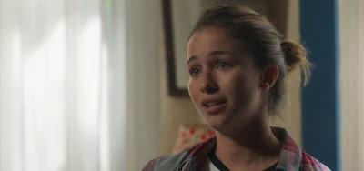 Diana (Laryssa Ayres) será chamada de maluca pelo namorado em cena de O Sétimo Guardião