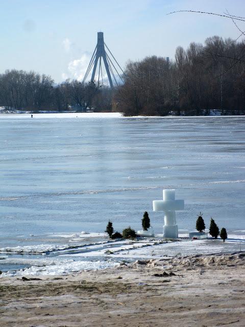 прорубь и ледяной крест
