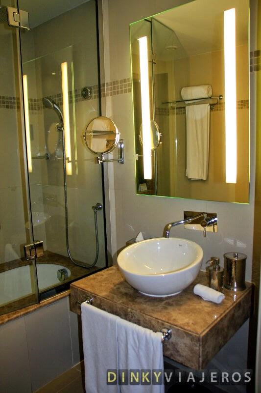 Hotel Mövenpick Deira. Baño