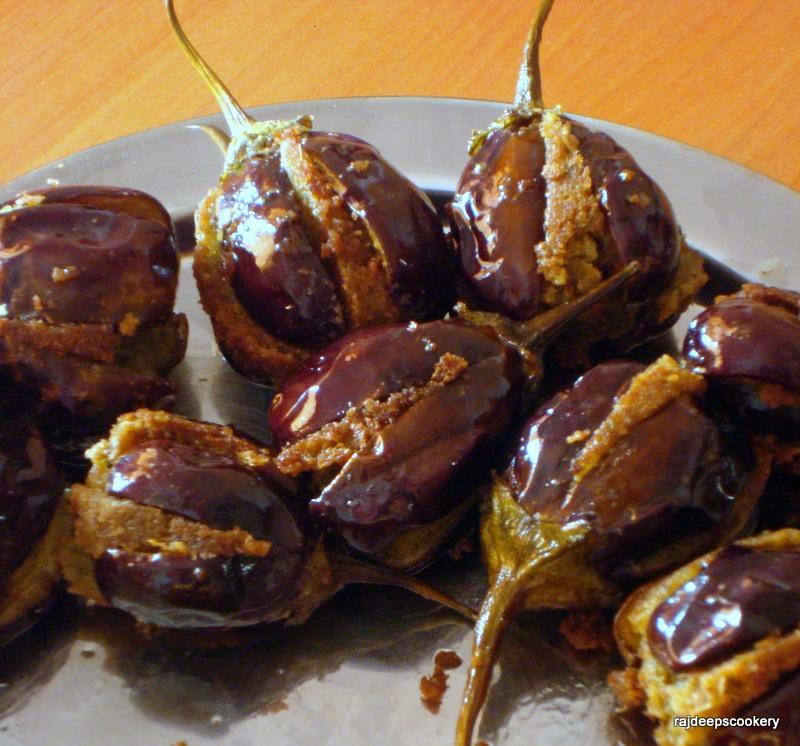 Rajdeep's Cookery: STUFFED BRINJAL FRY - Aubergines stuffed