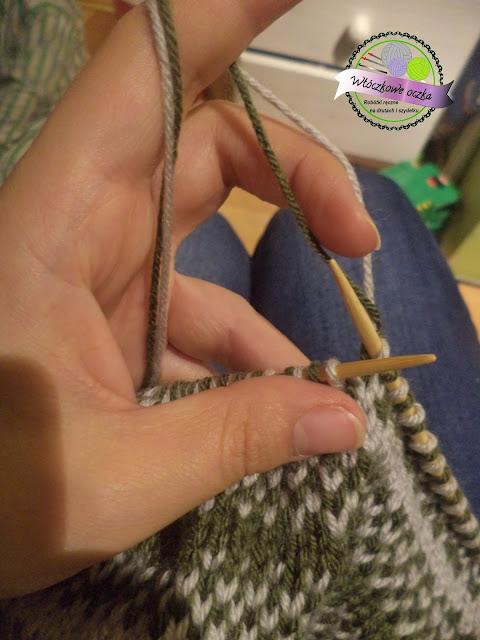 Jak zrobić dziecięcą czapkę na drutach z prostym wzorem żakardowym?