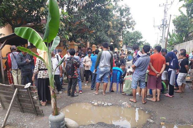 Kesal 5 Tahun Jalan Dibiarkan Rusak Oleh Pemerintah, Warga Deliserdang Tanami Pohon Pisang