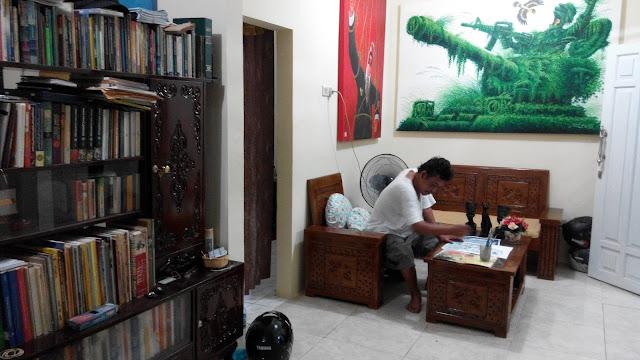 Jitet Koestana sedang merampungkan karya untuk kontes internasional.