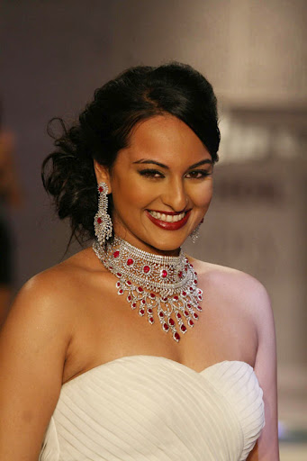 Sonakshi Sinha Wallpapers Sonakshi Sinha Hot Photos Pics Pictures Images Indian Actress