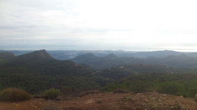 Från cirka 800 meters höjd en disig dag. I bakgrunden syns medelhavet.
