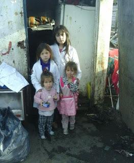 Yamila y Gonzalo Luna tienen cuatro hijas pequeñas. Hace siete meses empezaron a construir una nueva vivienda pero no disponen de los recursos para poder terminarla. La familia relató a Infobae su dramática historia
