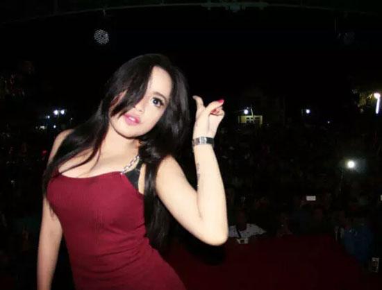 Foto Hot Xena Xenita, Biduang Asal Yogyakarta Yang Seksi