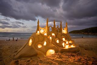Castillo de arena iluminado