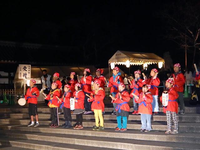Grupo de niños cantando al pie del Kiyozumidera