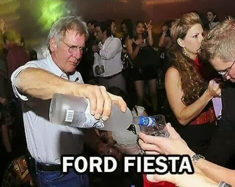 Harrison Ford de fiesta sirviendo licor (vodka?) de una botella en un club