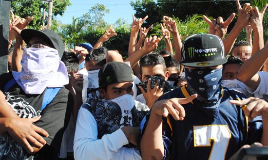 Jóvenes pandilleros salvadoreños
