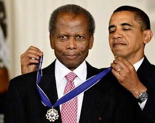En 2009 Obama le entregó la Medalla Presidencial de la libertad, la concesión civil más alta en los Estados Unidos.