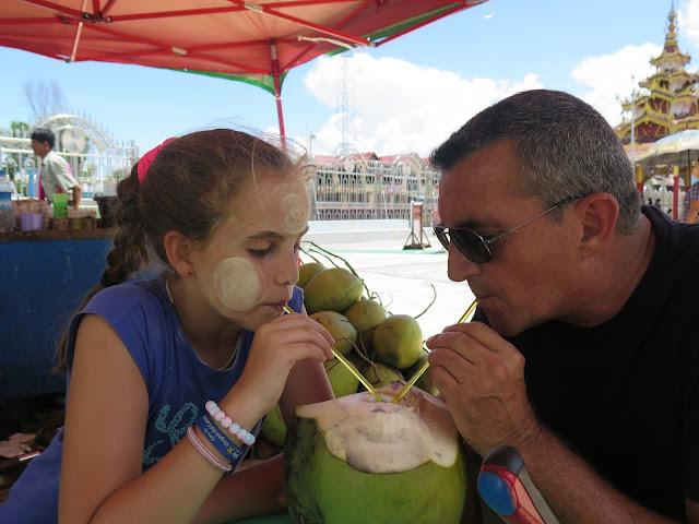Yayo y Macarena bebiendo agua de coco en Inle