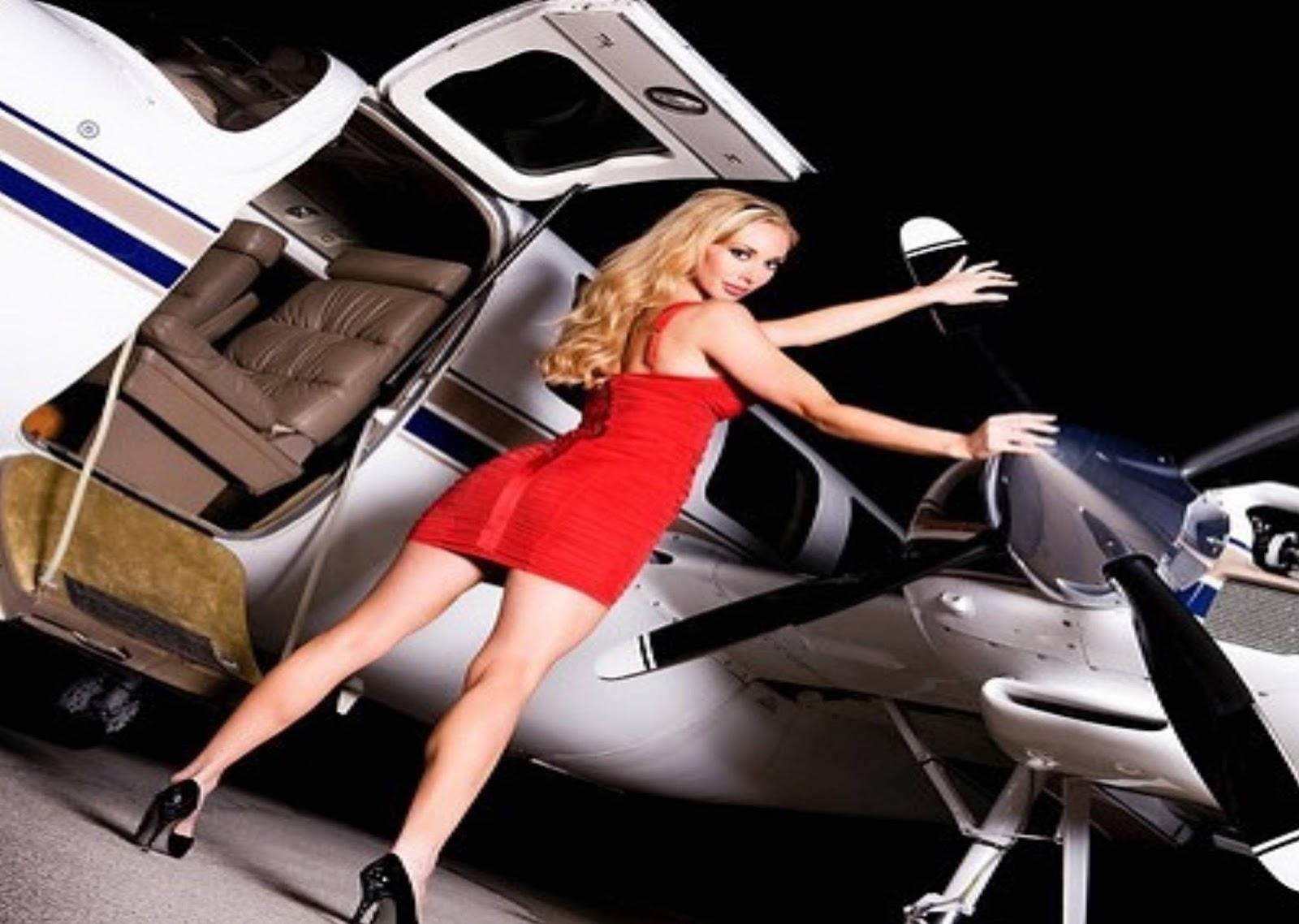 Download Gambar Wallpaper Cewek Lagi Pose Di Pesawat