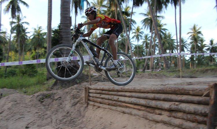велосипед в воздухе прыгнул