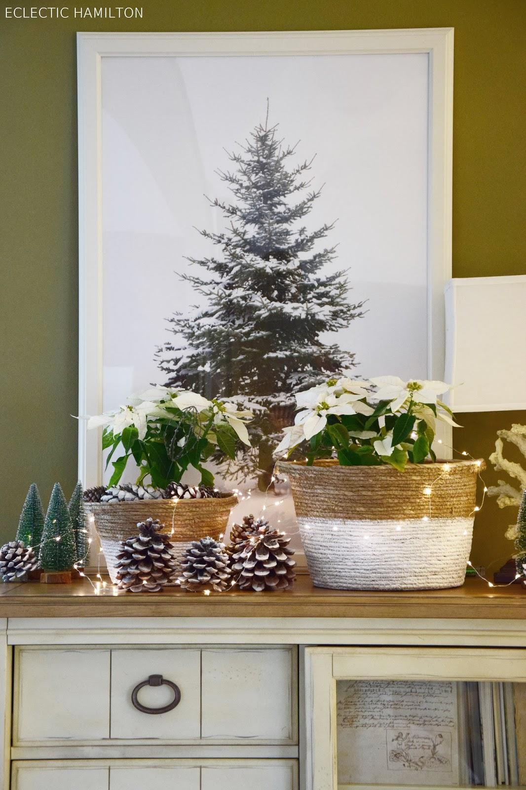 weihnachtliche deko inspiration mit pinienzapfen weihnachtssternen und s en t nnchen. Black Bedroom Furniture Sets. Home Design Ideas