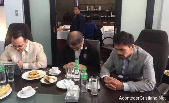Manny Pacquiao orando con senadores