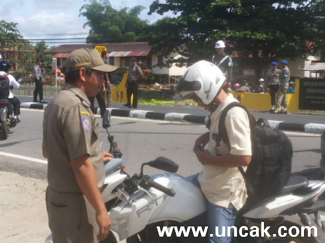 Petugas saat memeriksa KTP setiap warga yg lewat