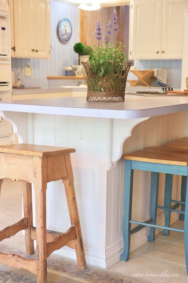 budget wise laminate counters in blue with rounded corners on large kitchen island