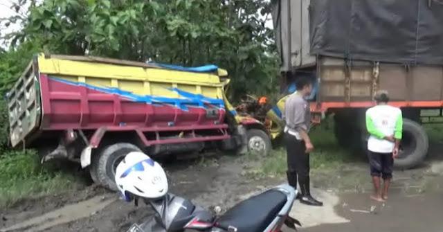 Kecelakaan mau kembali terjadi di Jalan Raya Madiun - Surabaya. Seorang sopir truk pasir tewas setelah menabrak truk gandeng yang terparkir di pinggir jalan Senin (08/08/16). Kondisi korban sangat mengenaskan karena kerasnya benturan.