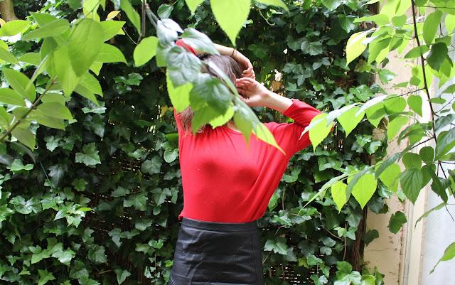 Ootd d'un look faussement streetwear avec un tee shirt à manches longues rouges Stradivarius et une jupe simili-cuir Zara