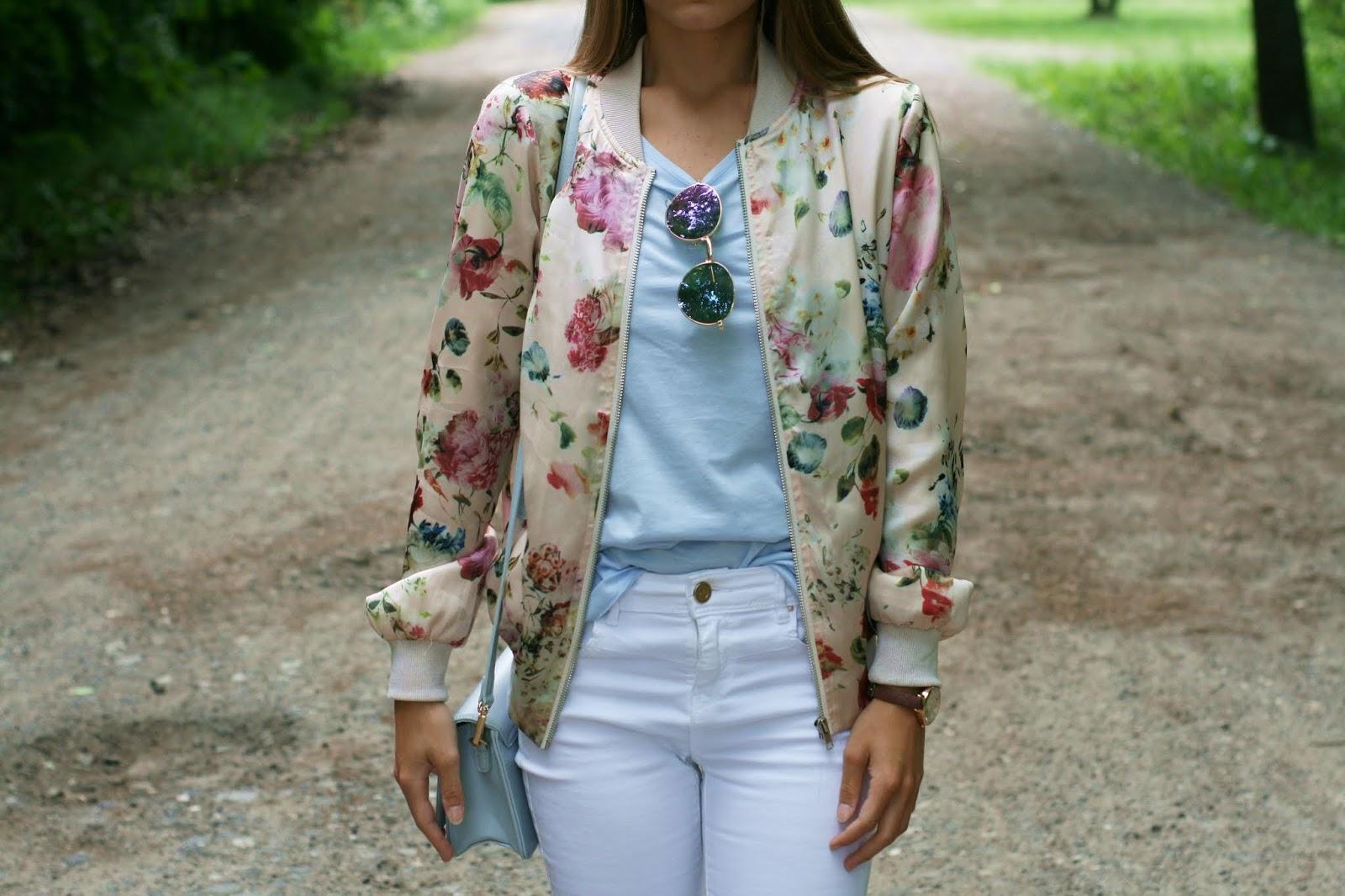 Baby blue and floral print bomber jacket | Pastelowo-niebieskie dodatki i bomberka z kwiatowym printem