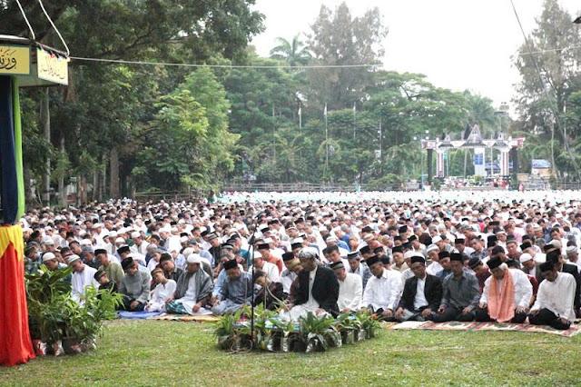 Jemaah saat mengikuti Shalat Idul Fitri di lapanagan H. Adam Malik, Jumat (17/7/2015)