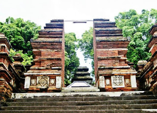 http://www.teluklove.com/2017/05/destinasti-objek-wisata-makam-raja-raja.html