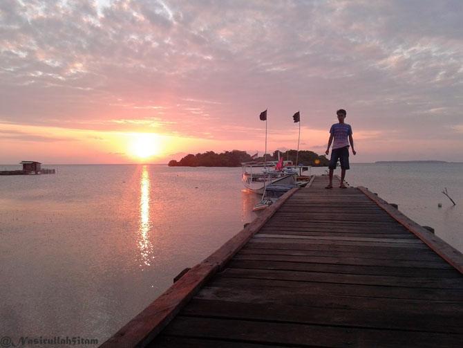 Aku dan sepupuku narsis dulu di pelabuhan Mrican, Kemujan, Karimunjawa