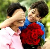 Foto de una madre siendo sorprendida por su hijo