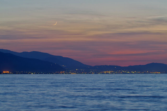 Trăng non với phần lưỡi liềm chỉ 2,4% vào chiều 28/4, được chụp ở biển Ionia, vịnh Patras, thành phố Silivainiótika, phía tây Hy Lạp. Hình ảnh: Nikolaos Pantazis.