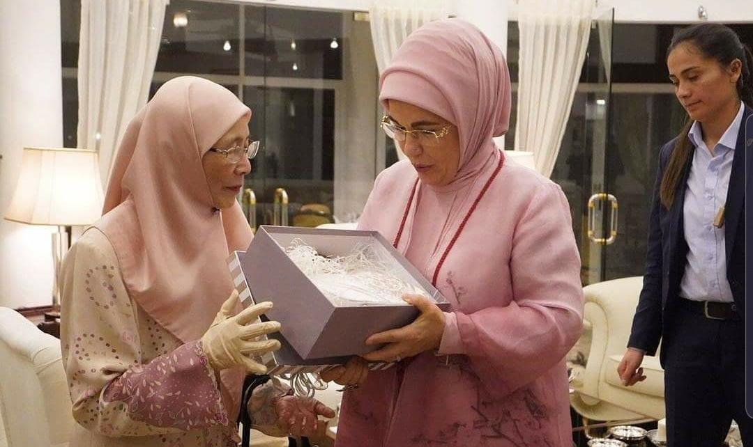 Wan Azizah hadiahkan beg tangan kepada Emine Erdogan