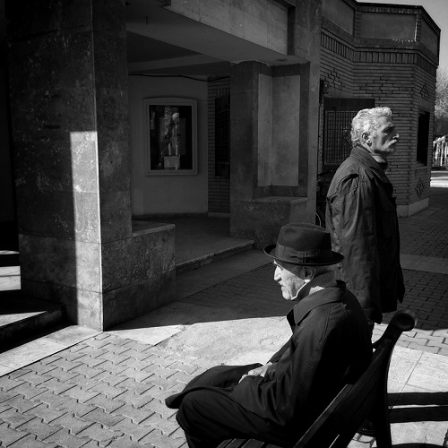 "Foto por Ako Salemi - Men are spending their afternoon at park - serie ""Tehran City of Hope and Despair"" 