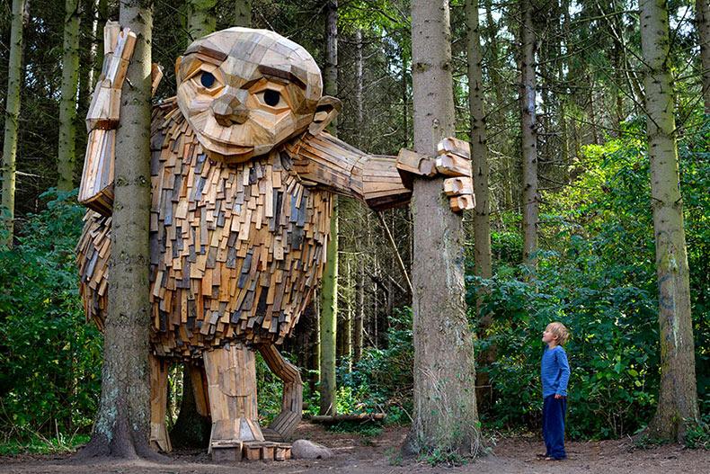 Artista crea y oculta gigantes de madera en la naturaleza de Copenhague