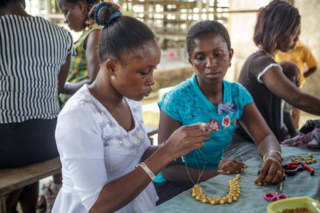 ghana workshop bead accessory making lady work ガーナ ワークショップ ビーズ アクセサリー 女性 仕事