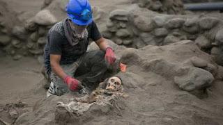 Arqueólogos acham restos mortais de 50 crianças