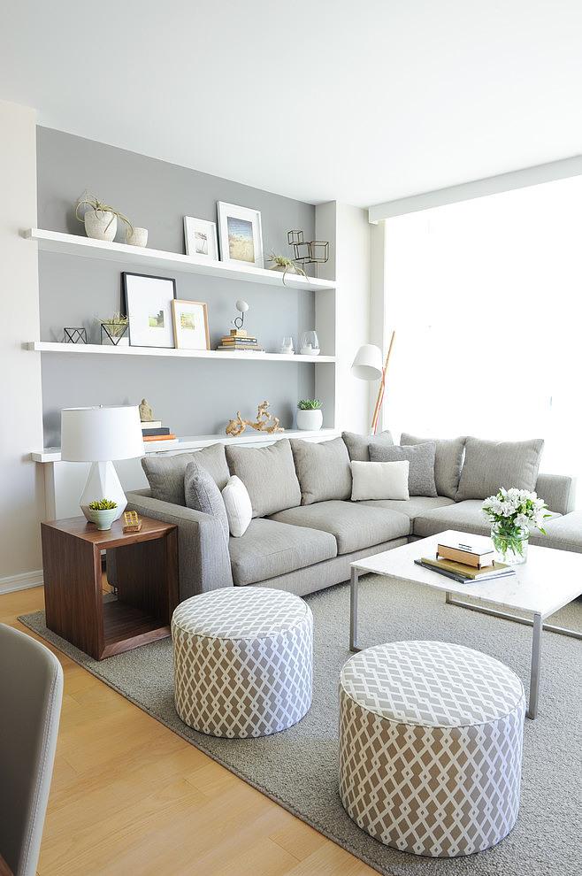 salón en color gris, blanco con gran sofá