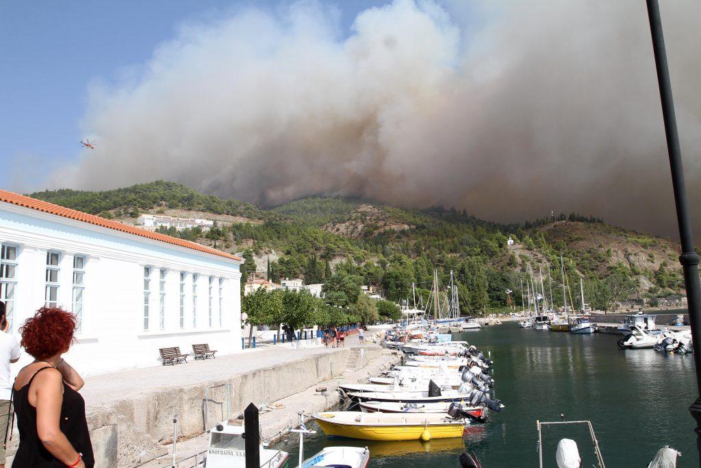 Πύρινη κόλαση στην Εύβοια – Ανεξέλεγκτη η φωτιά, στάχτη χιλιάδες στρέμματα