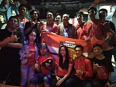 Nobar Piala FA, Fans Merah dan Biru Dukung Ridho