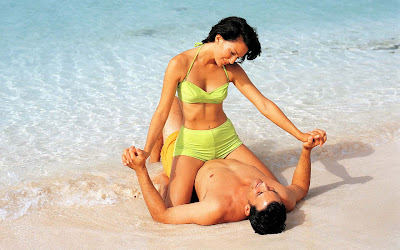 Hot-couple-romance-at-beach-nicewallpapers