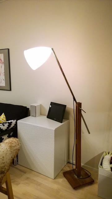 Saippuakuplia olohuoneessa- blogi, Kuva Hanna Poikkilehto, koti, sisustus, olohuone, valaisin, ikea,