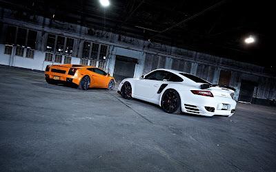 Dos coches impresionantes en un garaje