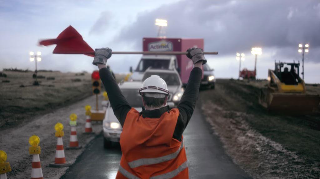 Pubblicità Actimel staystrong con operai a lavoro e papere - Spot 2017