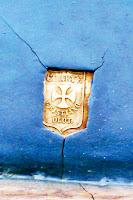 Nuestra Señora de la Vera Cruz. Medalla de indentificación de la procedencia de la obra. Talleres de Olot.