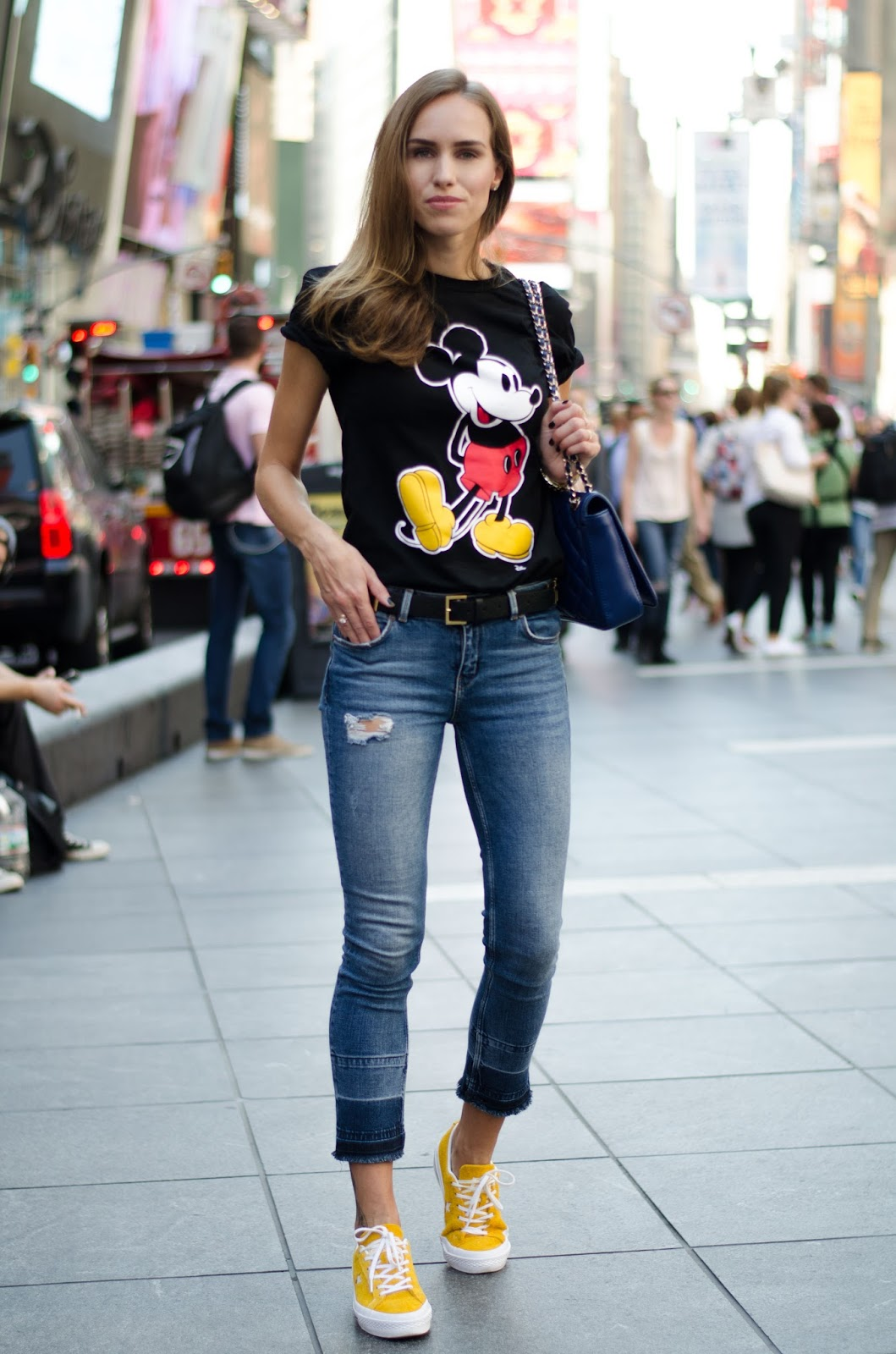 cartoon print tee skinny jeans outfit