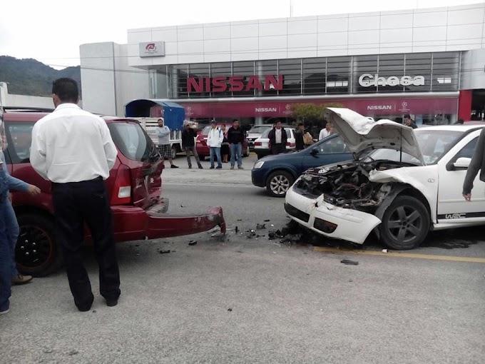Se accidenta regidor Oscar Takhesi Tres vehículos involucrados