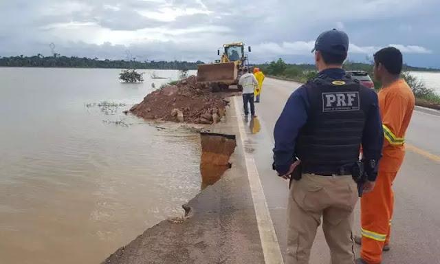 Enchente no rio Madeira provoca erosão em trecho da BR 364