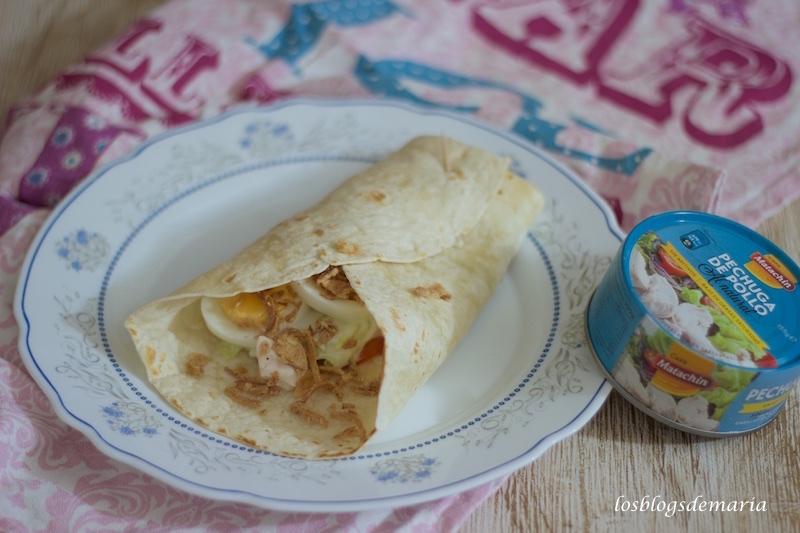 Ensalada de pollo con huevos y cebolla crujiente